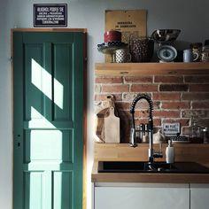 Słońca mi trzeba i zieleni 🙉🙉 #taka #zmiana 🙊 Ale to od wewnątrz pomalowane 😜 Przestawiłam drzwi, żeby sprawdzić czy mi z takim kolorem w kuchni to w ogóle będzie po drodze 🤔🤔 ... więc teraz rozmyślam 🙉 i w obłokach bujam 😊 #home #myhome #myplace #kuchnia #kitchen #kitchenstories #homestyle #homelove #interior #interiordesign #interiorinspiration #homedecor #kamienica #tenements #cegła #redbrick #vintagehome #eclectic #mystyle #homesweethome