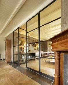 Exclusive Steel slank stalen taatsdeuren, let op het slanke scharnier in de onderbalk