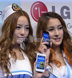 都内で開かれたNTTドコモ2011年夏モデル「Optimus Bright」の発売記念イベントに登場した韓国の5人組ガールズグループ「KARA(カラ)」のメンバー(2011年6月17日撮影)。(c)AFP/Yoshikazu TSUNO ▼18Jun2011AFP|KARAが都内イベントでPR、ドコモ夏のスマートフォン http://www.afpbb.com/articles/-/2807126 #KARA #Tokyo #Park_Gyu_ri #Park_Gyuri #Gyuri #Koo_Ha_ra #Goo_Ha_Ra #Ha_Ra #Hara