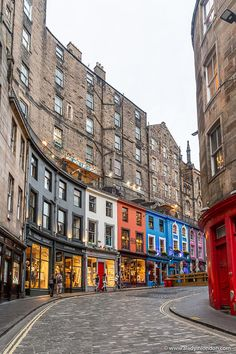 This is Victoria Street, Edinburgh. This travel itinerary for 4 days in Edinburgh, Scotland has the best Edinburgh itinerary for your trip to Scotland. It has everything from Edinburgh Castle to Edinburgh University and more. If you're looking for the best things to do in Edinburgh, this great Edinburgh itinerary has it all.