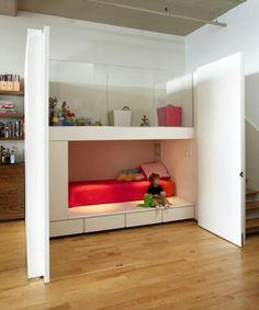 Kinderbett im einen Schrank