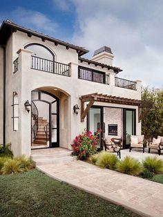 Lovely Spanish Style Exterior Paint Colors You Will Love - Architecture Exterior Paint Colors, Exterior House Colors, Exterior Design, Style At Home, Modern Mediterranean Homes, Modern Homes, Mediterranean Architecture, Tuscan Homes, Mediterranean House Exterior