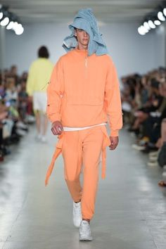 See the complete Christopher Shannon Spring 2017 Menswear collection. 2000s Fashion, Runway Fashion, Fashion Show, Mens Fashion, Street Fashion, Vogue Paris, Christopher Shannon, Retro Sportswear, Modern Suits