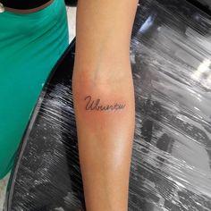 O que é Ubuntu: Ubuntu é uma filosofia africana cujo significado se refere à humanidade com os outros. Trata-se de um conceito amplo sobre a essência do ser humano e a forma como se comporta em... Tatoo Africa, Afrika Tattoos, Cursive Tattoos, Magic Tattoo, Tattoo Quotes, Tattoo Art, Sister Tattoos, Mini Tattoos, Tattos