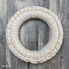 How to Make A Chunky Yarn Wreath Diy Yarn Wreath, Crochet Wreath, Wire Wreath, Frame Wreath, Wreath Crafts, Yarn Crafts, Tulle Wreath, Wreath Ideas, Crochet Christmas Wreath
