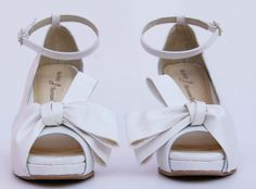 Zapatos de Novia, Rodrigo Hernández Color Blanco Nieve con Aplicación Moño
