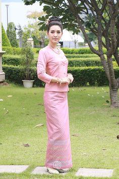 Traditional Dresses Designs, Thai Traditional Dress, Traditional Outfits, Batik Dress, Silk Dress, Dressy Dresses, Cute Dresses, Myanmar Dress Design, Thai Dress