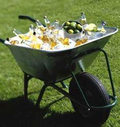 Bij de kruiwagen met ijs kun je ook limoenen en rum leggen voor mojito's