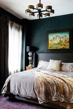 Ein Schönes Bild Als Schlafzimmer Deko, Eine Lampe In Der Ecke,  Perserteppich Unter Dem