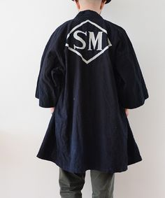 1950年代頃のジャパンヴィンテージ藍染印半纏。501XXの様な黒々としたジャパンブルーの色味に、染め抜きが映える美しいアンティークです。野良着や刺し子、襤褸などお好きな方にもお勧めの日本の古着。