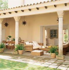 00167265. Porche con zona de estar con muebles de fibras y comedor con muebles de madera_00167265