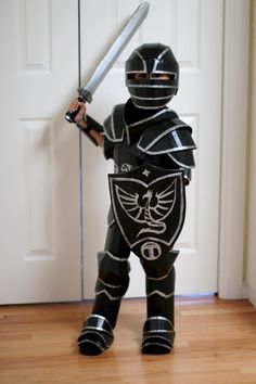 Warren King created a fantastical knight's armor completely out of cardboard. How did he make this cardboard costume DIY? Costume Halloween, Easy College Halloween Costumes, Costume Carnaval, Diy Costumes, Costumes For Women, Halloween Party, Costume Ideas, Halloween Season, Diy Knight Costume