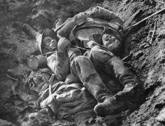 Soldado francês e alemão mortos em trincheira durante a Primeira Guerra Mundial. Foto de 08/10/1916, divulgada pela Biblioteca Internacional de Documentação Contemporânea.   Fotos - UOL Notícias.