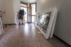 Fenster werden gelagert - zur Mauer und Boden mit Distanzklötzchen geschützt!   #Fenstermontage #Linz #Fensterlagerung