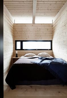 Minimalistisk design i de finske skoger Gold Bedroom Decor, Cozy Bedroom, Diy Van Interior, Weekend House, Decoration Design, Small House Plans, Simple House, Small Spaces, House Ideas