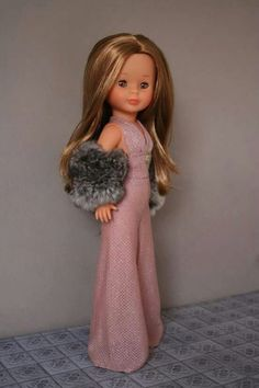 Mono rosa brillante y manguitos pelo. Nancy Doll, Spanish Girls, Girl Doll Clothes, Dress Patterns, American Girl, To My Daughter, Dolls, Sewing, Crochet