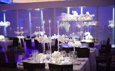 Centros de mesa flotantes, muchas velas y claro... orquideas.