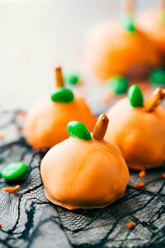 PUMPKIN OREO BALLS 4 adorable and festive Halloween Oreo Balls -- monsters, pumpkins, bats, and mummies; each made with 5 ingredients or less! via chelseasmessyapron.com