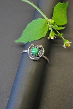 """Schöner, kleiner Trachtenschmuck Ring """"Lilli"""" aus Silber mit Malachit und in Blumenform. In verschiedenen Ringgrößen erhältlich. Pretty Rings, Malachite, Brooch, Armband, Amor, Nice Asses"""