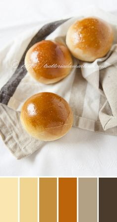 Questi panini al latte sono perfetti per essere riempiti con una foglia di insalata, una fetta di fontina e dell'affettato o anche con della marmellata o della cioccolata.