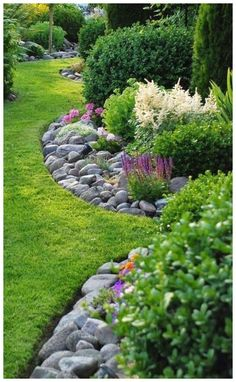 Herbal bed with stones warms and saves weeding! shed landscaping… Herbal bed with stones warms and saves weeding! shed landscaping # weeding # Herb bed shed landscaping - Small Backyard Landscaping, Landscaping With Rocks, Landscaping Ideas, Backyard Ideas, Garden Ideas, Courtyard Landscaping, Mulch Landscaping, Small Garden Edging Ideas, Desert Backyard