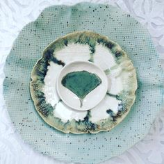 Mixing and matching...a speckled stoneware bowl paired with pieces made with bright white porcelain clay. #speckled #speckledstoneware #ginkgo #homedecor #pottersofinstagram #ceramics #handmadeceramics #aqua #testmidsummer2016 #artfesttoronto #torontoetsystreetteam by clayshapes