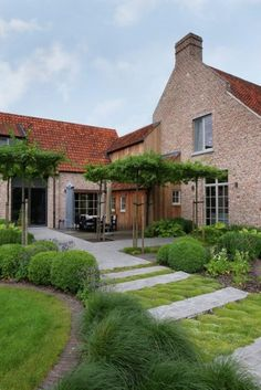 Bij een landelijk huis past een tuin met veel planten, rustige kleuren en zachte, organische vormen. Nancy en Peter uit Bornem namen in 2007 naast een verv...