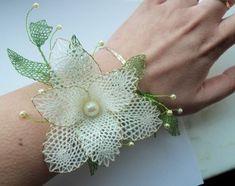 Lace Flowers, Crochet Flowers, Bobbin Lacemaking, Types Of Lace, Bobbin Lace Patterns, Lace Jewelry, Lace Making, Flower Brooch, Crochet Earrings