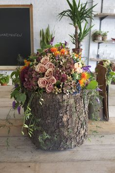 Bloemstuk op boomstronk www.atelier88bis.be Modern Flower Arrangements, Fall Arrangements, Pretty Flowers, Silk Flowers, Log Centerpieces, Pot Jardin, Hanging Flower Wall, Branch Decor, Rustic Wedding Flowers