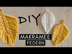 DIY Makramee Feder & natürlich färben: Ich zeige Euch, wie Ihr die angesagte B… DIY macrame feather & natural coloring: I will show you how to tie the trendy boho macrame feather and color the strands with natural materials. Diy Macrame Wall Hanging, Look Boho, Colorful Feathers, Macrame Knots, Macrame Bag, Planting For Kids, Boho Diy, Diy Arts And Crafts, Natural Materials