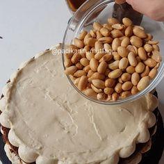 Hayırlı geceler 🤗 Snickers sevenler el kaldırsın 🖖 Bırakın snickers'ı ben pastasını yaptım 😁 Görüntüden de belli oluyordur sanırım çok güzel oldu 😄 Karamel fıstık çikolata bir araya gelir de güzel olmaz mı 🙂 Görüntüsüyle ben burdayım diyen bir pasta 😍 Tarifi yemek.com dan aldım 💕 Çember kalıbım sıkma torbam ve spatula @pasta34shop tan aldım 👍 Snickers pasta Pandispanya için; 5 yumurta 1.5 su bardağı toz şeker 1 su bardağı un Yarım su bardağı nişasta 1 paket vanilya 1 paket…