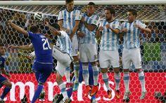 Argentina vence a Bósnia em jogo marcado por duelo de torcidas nas arquibancadas.