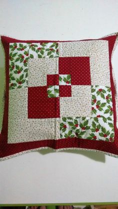 Made of cotton fabric, structured with blanket. Christmas Cushion Covers, Christmas Cushions, Patchwork Cushion, Quilted Pillow, Cushion Fabric, Quilt Square Patterns, Square Quilt, Colchas Quilting, Quilting Designs