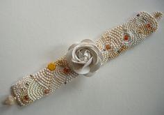Glasperlenarmbänder - gesticktes Perlenarmband  weiße Rose - ein Designerstück von sibea bei DaWanda