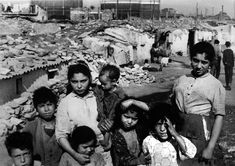 Poverty in Spain during Franco's dictatorship: Somorrostro 1958. Oriol Maspons Las instantáneas de Maspons.