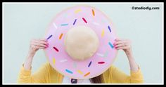 When it comes to fashion dos and donuts, this DIY Donut Floppy Hat by Studio DIY looks like a definite do, don't it? Crazy Hat Day, Crazy Hats, Summer Diy, Summer Hats, Summer Ideas, Couleur Rose Pastel, Diy Donuts, Doughnuts, Hat Tutorial