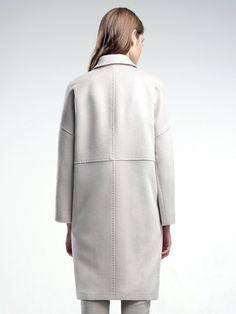 Трендовое пальто прямого силуэта из шелковистой ворсовой ткани сливочного оттенка. Модель имеет отложной воротник, спущенный рубашечный рукав и карманы в виде врезных листочек. Изделие декорировано тамбурной строчкой.  ,                                      арт. 3016270p00008,                                      состав: Основная ткань: шерсть 80 %, полиэстер 20 %; Подкладка: полиэстер 100 %;