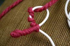 """Uma linda ideia para decorar os espaços ou para fazer um presente são estas delicadas palavras feitas em lã; simples, bonitas e de baixo custo para todos. Neste caso a palavra é """"love"""", e o artesanato está pensado como um presente para a pessoa amada, mas você pod"""