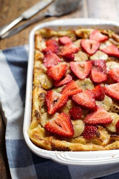 This Super Easy Coconut French Toast Bake can be made with just five ingredients! A colorful, pretty, simple brunch dish. i would use, light coconut milk, almond milk and egg beaters. Breakfast Desayunos, Breakfast Dishes, Breakfast Recipes, Coconut French Toast, French Toast Bake, Brunch Dishes, Brunch Recipes, Brunch Menu, Little Lunch