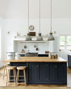A lovely big island by @devolkitchens with oiled oak wood tops and weathered oak stools. Vintage gray pendant seal this kitchen deal. Image via @beckiowens #homedecore #interiors #interiorstyle #homestyling #stylist #kitchendesign ##kitchenstyle #kitchendecor #interiorstyling #interiordesign #stylist #stylistguide