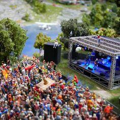 C'est la saison des festivals de musique... 🎸🎤 Nos mini habitants ont aussi droit au leur, mais ici, c'est vous qui choisissez la musique en branchant votre téléphone ! 😃⠀  ⠀  #miniworldlyon #miniworld #lyon #weekend #festival #musique #miniature #miniaturism #miniwoodstock #musicfestival #concert #livemusic