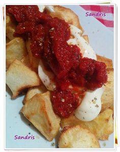 Patatas bravas con salsa de tomate picante. ¡Nos vamos de tapas sin salir de casa!