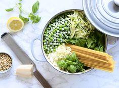 Vegetar One Pot Pasta med ærter og spinat opskrift fra ny kogebog - One pot rezepte 1200 Calorie Diet, 1200 Calories, Pot Pasta, Eat Lunch, Moussaka, Iftar, Coleslaw, Health Diet, Italian Recipes