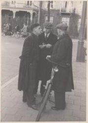 Arrestatie in de Linnaeusstraat bij het Burgerziekenhuis, door onder andere rechercheur Willem Klarenbeek (midden) Opschrift op verso: 'Joodsche Bonnenkooplui worden gearresteerd'.