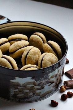 Les Baci Di Dama ou Baisers de Dames sont d'authentiques biscuits italiens à base d'amandes ou de noisettes en forme de lèvres unies par du chocolat.