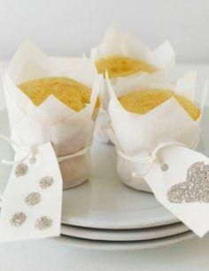 mooi: cakejes met kerst inpakken in wit bakpapier, met een feestelijk kaartje eraan