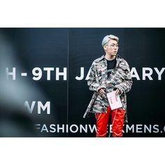 #ELLEtalk 2017 FW 런던맨즈컬렉션에서 포착한 거리의 스웨거들  #지코 의 런던다이어리는 엘르에서 곧 만나볼 수 있어요   via ELLE KOREA MAGAZINE OFFICIAL INSTAGRAM - Fashion Campaigns  Haute Couture  Advertising  Editorial Photography  Magazine Cover Designs  Supermodels  Runway Models