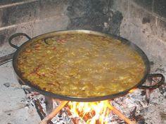 Caldero y Arroz a Banda de Reme Este arroz hecho a la leña, lo preparó Reme y tuve el placer de tomar parte en la comida que hicimos en una antigua casa de la Sierra de La Canalosa. El arroz de cal…