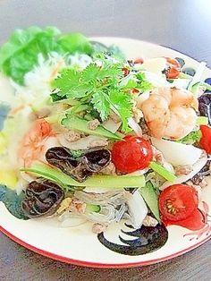 楽天が運営する楽天レシピ。ユーザーさんが投稿した「タイ料理★本格ヤムウンセン!スパイシー春雨サラダ」のレシピページです。簡単に作れて、味はとっても本格的!。ヤムウンセン。乾燥キクラゲ,◎香菜(シャンツァイ・パクチー),◎タマネギ,◎キュウリ,◎セロリ,緑豆両切春雨,豚ひき肉,イカ,むきエビ,プチトマト
