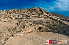 Plaza asociada al Edificio de las Cornisas , en el sitio arqueológico de Vichama.